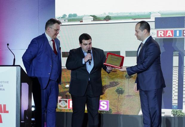 """Г-н Калин Каменов, кмет на Враца и член на УС на Национално сдружение на общините връчва наградата за """"Местна инвестиция"""" на г-н Артин Бъздигян"""