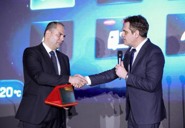 """Г-н Лъчезар Борисов, зам. министър на икономиката, връчва наградата за """"R&D решение на годината"""" на г-н Иван Михайлов, управител на Visteon"""