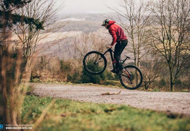 Подобрете основните умения. Бънихоп, тейбълтоп, оли, 360… каквото се сетите. Вземете колелото си и избягайте от опашките, аптеките и вируса, като си намерите някое тихо и спокойно място в парка или планината, за да подобрите уменията си.