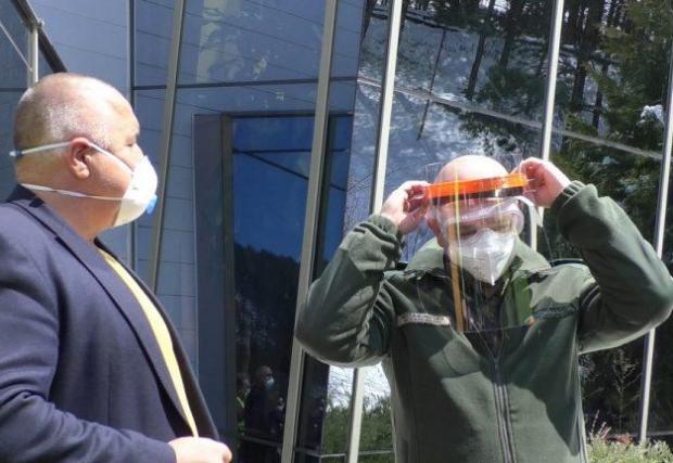 Ген. Мутафчийски, ръководител на оперативния щаб за борба с коронавируса, тества произведените в Смолян защитни продукти