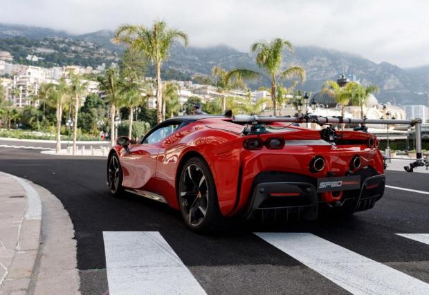 Рядка гледка - Ferrari SF 90 Stradale с риг за камери