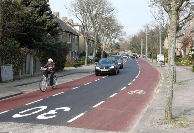 Двупосочна велоалея в малък град в Нидерландия