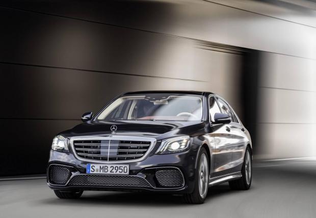 4. Mercedes-AMG S65: Добре, признаваме, че този съвсем не е евтин автомобил - нито за покупка, нито за поддръжка. Но последният 12-цилиндров Mercedes-Benz на света един ден ще показва на децата в каква епоха израснахме ние.