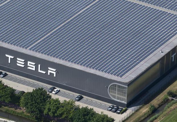 Tesla произвежда енергия за работата на заводите си отчасти и със слънчеви панели върху покривите им