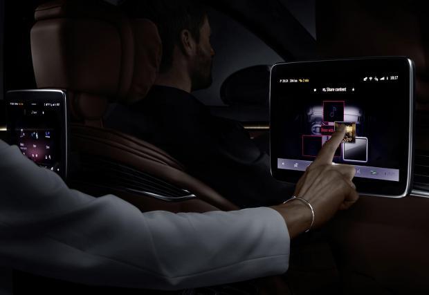 Пътниците на задните седалки имат достъп до същите функции като тези отпред