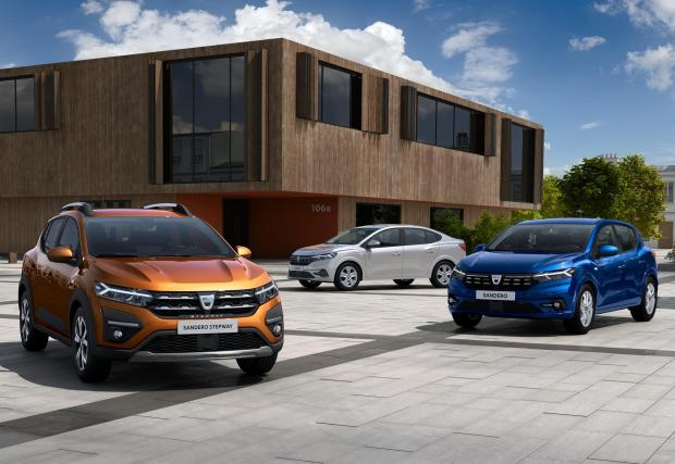 В оранжево е версията Stepway, в синьо - стандартното Sandero, а в сиво - Logan