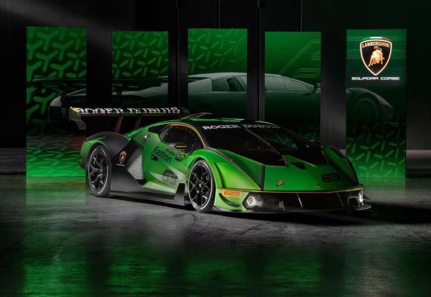 Essenza SCV12 изглежда нормално на фона на новото Lamborghini