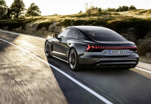 С едно зареждане могат да се минат около 470 км, но това е с колата с най-бързо зареждане в света, така че да губите едва 15-20 минути на зарядните станции на магистралата