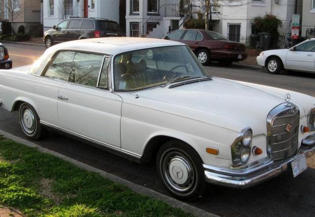 Mercedes-Benz 280 SE Coupe (1969) – собственост е на Едж, който е сериозен почитател на германското автомобилостроене.