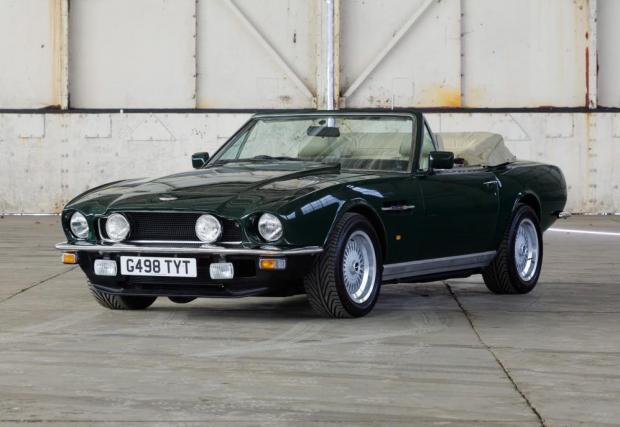 Aston Martin V8 Volante (1989) – още едно от бижутата на Клейтън през 90-те. Той разказва, че при рутинна проверка полицията се натъкнала на пакетче марихуана. Следващият собственик бил член на британския парламент.