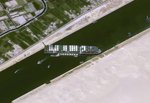Заседналият кораб е дълъг 400 метра и широк 59