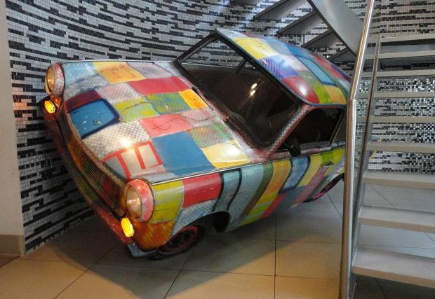 Trabant-и, много при това! Интересът на U2 към Trabant, докато записват албума Achtung Baby, е известен. Един от трабантите, използвани в турнет о, сега е част от украсата на Hard Rock Cafe в Берлин.