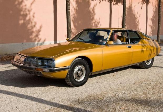 Citroen SM (1972) – Адам Клейтън притежава един от най-красивите френски модели, но в средата на 90-те проодава забележителния SM на американски колекционер. Любопитно е, че SM е бил любим модел също на Брежнев и Иди Амин.