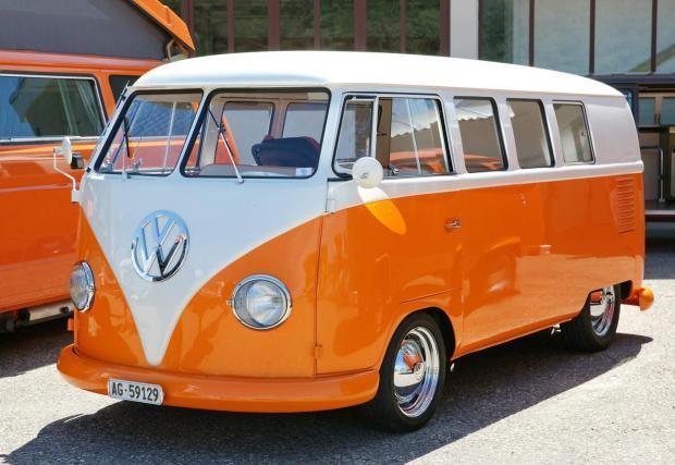 Оранжев VW – това е единственото, което четиримата музиканти споделят за първата кола, с която са пътували за концерти. Всъщност тя е собственост на майката на Едж, която не се сърдела да ги развозва насам-натам, разказва Боно.