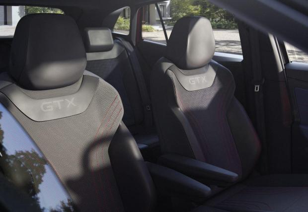 Седалките са с увеличена странична опора и надписи GTX, както може и да се очаква