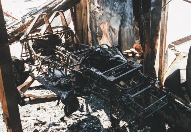 Галерия със снимки на базата след пожара и преди него