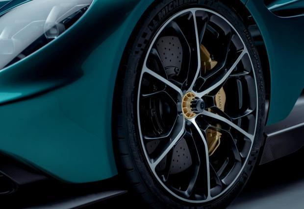 9. Карбо-керамичните спирачки нямат директна връзка с педала на спирачката, точно както във Формула 1. Гумите Michelin са разработени специално за модела.