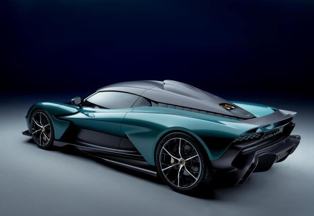 3. Суперколата няма задна скорост. 8-степенният автоматик с два съединителя не разполага със задна предавка. Подобно на McLaren Artura, движението назад се случва чрез електромоторите.