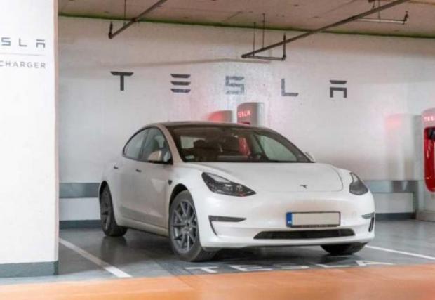 Първата софийска суперзарядна станция на Tesla е в столичен мол