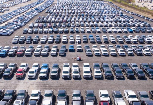 Паркирани недовършени автомобили в Щатите