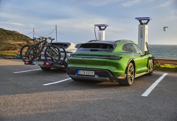 Porsche Taycan запълва батерията си от 5 до 80% за 22,5 минути, но само при идеални условия