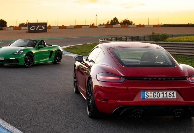 Петото поколение 718 ще запази името си и ще продължи да бъде значително по-евтино от 911, въпреки електрическото задвижване. Цената обаче ще скочи значително спрямо актуалните бензинови модели до около 75-80 хил. евро
