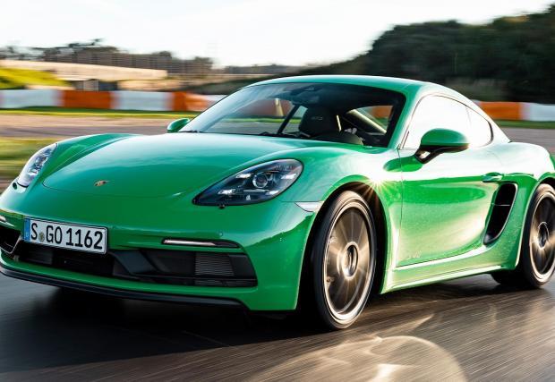 Актуалното поколение тежи под 1400 кг, но следващото пето издание ще бъде значително по-тежко – инженерите на Porsche са си поставили за цел да слязат под 1650 кг. Батериите тежат!