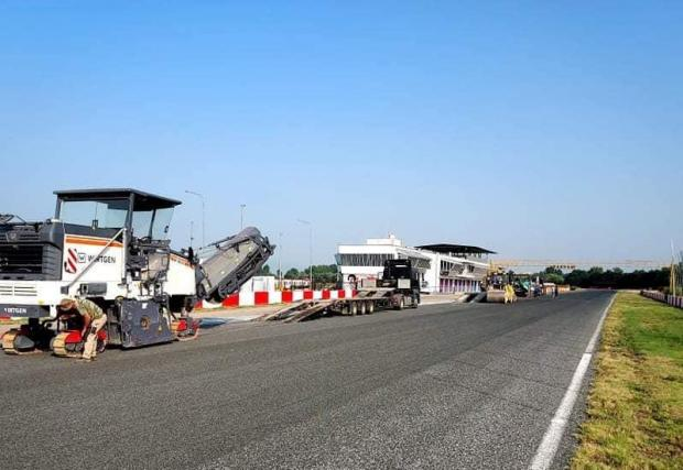 Галерия от 7 снимки от преасфалтирането на писта