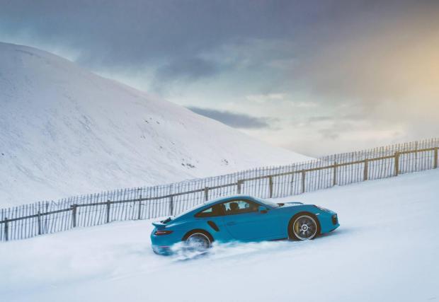 Електрификацията на 718 ще позволи на марката да запази култовото 911 изцяло бензиново много по-дълго, отколкото се смяташе за възможно – вероятно до 2035 г. Porsche инвестира много в синтетични горива, което също вдъхва надежда