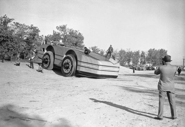 Могъщата машина, победена от канавка край пътя