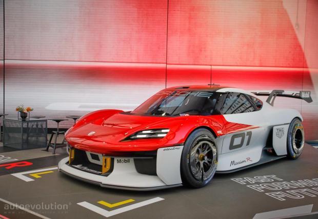 По същество колата вече беше показана – представете си концептуалния Mission R от IAA в Мюнхен, само че без лудата аеродинамика и състезателните елементи