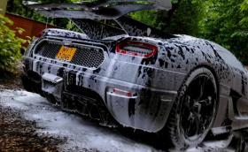 Как се мие кола, чиито джанти струват 75 000 лв.? Koenigsegg One:1 на спа. Видео