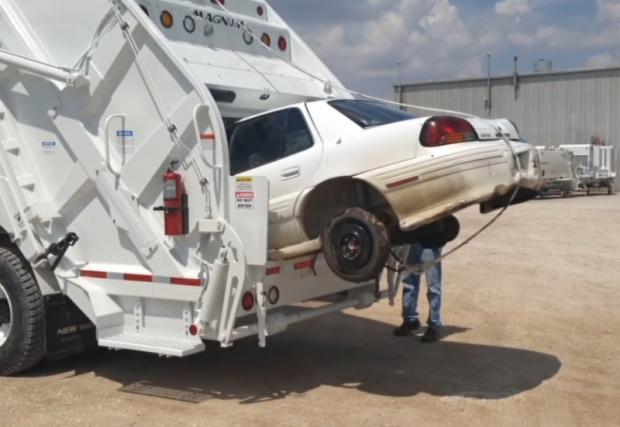 Боклуджийският камион, който буквално яде коли. Бруталният 'Cobra Magnum'. Внимавайте къде паркирате... Галерия и видео