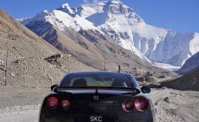 Как да качиш Nissan GT-R до подножието на Еверест. Не сте виждали такава кола, по такива пътища. Галерия с 25 кадъра