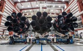 Илон Мъск показа Falcon Heavy, най-мощната съвременна ракета. И каза, че може да гръмне още на площадката