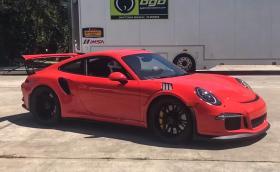 Това е единственото Porsche 911 GT3 RS с ръчни скорости. Монтирана е кутия от 911 R