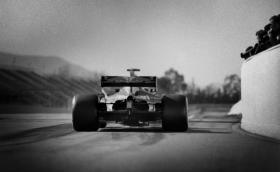 Това е снимка на съвременната F1, направена със 104-годишен апарат. Галерия на Джошуа Пол