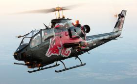 Този готин Bell Cobra TAH-1F на Red Bull отнесе част от покрива на постройка. Видео и галерия