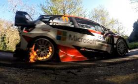 Горящите спирачки на Yaris WRC хионотизират. Видео със забавен кадър