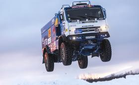 """Kamaz 4326 е брутален камион, който лети с 1000 к.с., тежи 10 тона, скача на 40 метра и гори """"до 140 л/100 км"""""""