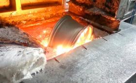 Да гледаш как се топи алуминиева джанта е оказва доста удовлетворяващо. Два приятни клипа