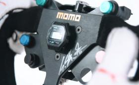 Еволюцията на воланите във Formula 1, в това число и MOMO-то на Шуми със залепено Casio на него. Видео