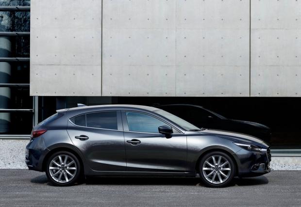 """06. Mazda 3. Японският хеч е най-аеродинамичната кола в класа си (Cd 0,26). Дизайнът и също е доста приятен, техниката е добра, в общи линии, """"тройката"""" е доста удачна алтернатива на доказалите се немци, който обаче са по-скучни. Въпрос на вкус, качестват"""