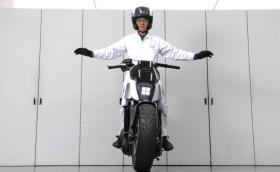 Изумителният мотоциклет на Honda, който седи изправен сам. Галерия и видео