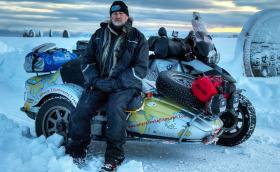 Това е Мърф, който изследва Северния полярен кръг. Сам, с мотоциклет. Галерия и видео