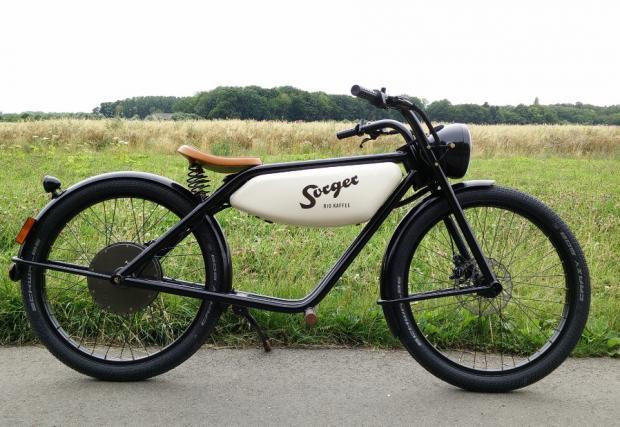 Холандският дизайнер Роналд Мейс прави първата серия Motormen с основна мисъл как да помогне за намаляването на замърсяването в големите градове