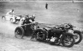Този спорт е страхотен: състезания с мотоциклетни колесници. Изглежда доста забавен и доста опасен. Видео
