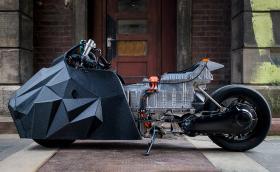 'E-LisaBad' е електрически скутер за драг базиран на BMW C evolution. Вдъхновен е от… сервиз за чай