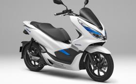 Honda PCX Electric демонстрира бъдещето на електрическите скутери. Машинката се презарежда за секунди