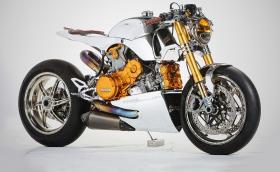 Ducati Panigale 1199 S съблечен, като кафе рейсър. Ortolani Customs доста са се потрудили и са прекалили със залтото